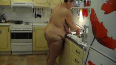 Jen does the Dishes all Naked